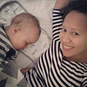 Lino und Mama im Bett