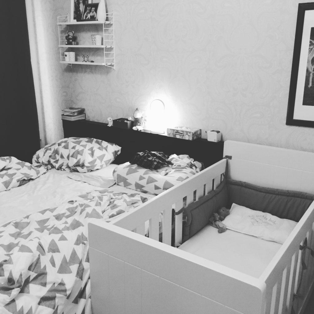 Babybett im Schlafzimmer